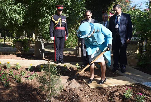 Ja, muss die Queen jetzt tatsächlich selbst aufräumen!? Keine Sorge, Elizabeth II. pflanzt hier einen Baum während des Staatsbesuch auf Malta im November 2015. Foto: Facundo Arrizabalaga/Keystone