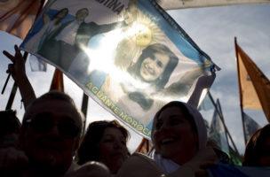 Die ehemalige Präsidentin Cristina Fernàndez de Kirchner verabschiedet sich. (Keystone/Natacha Pisarenko)