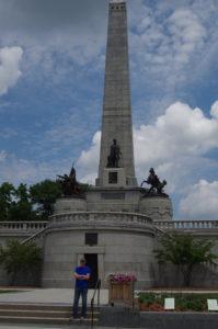 Monumental: Lincolns Grab, auf der Treppe davor unser Autor.