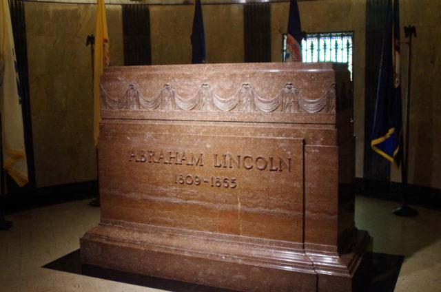 Ein Grabstein markiert die Gruft mit den sterblichen Überresten des 16. US-Präsidenten.