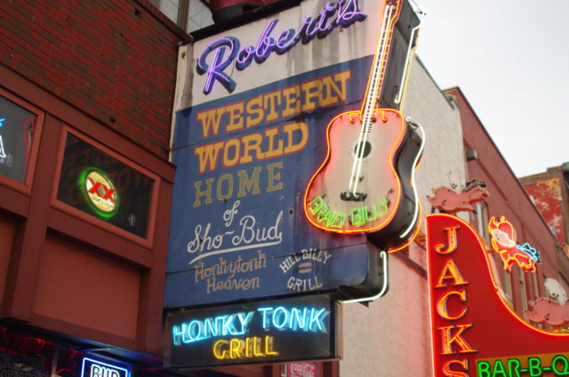 Nashville spielt mit den Themen Heimat und Liebe: Schild über Robert's Western World.