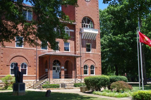 Wie es sich für eine Kreishauptstadt gehört, steht in der Ortsmitte das Gerichtsgebäude.