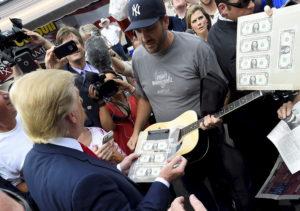 Wie ein Rockstar: Trump signiert eine Gitarre vor dem Rocketown in Nashville, August 2015. Foto: Harrison McClary (Reuters)