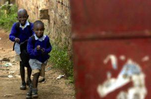 Den Schalk im Gepäck: Zwei Schüler auf ihrem Schulweg in Nairobi. (Keystone/Stephen Morrison)