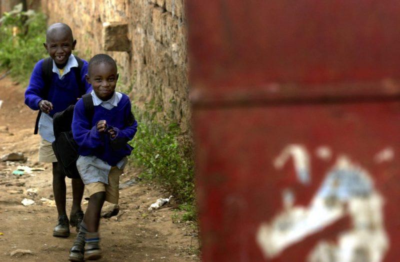 Den Schalk im Gepäck: Zwei Schüler auf dem Schulweg in Nairobi. (Keystone/Stephen Morrison)