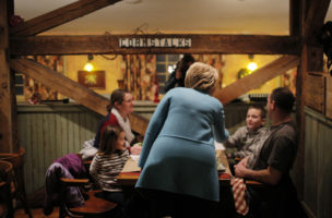Dieses Restaurant heisst «Common Man»: Hillary Clinton stört eine Familie beim Essen in Windham, New Hampshire. Foto: Brian Snyder (Reuters)