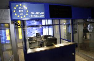 Les nouvelles guerites de controle avec un panneau de la signaletique qui devra etre refaite l'EU a refuser que le CH soit devant. L'Aeroport International de Geneve donnait une conference de presse sur l'impact de Schengen sur l'Aeroport International de Geneve (AIG), ce jeudi 26 mars 2009. L'accord de Schengen, qui est entre en vigueur en Suisse le 12 decembre 2008, s'appliquera dans les aeroports a compter du dimanche 29 mars 2009. (KEYSTONE/Martial Trezzini)