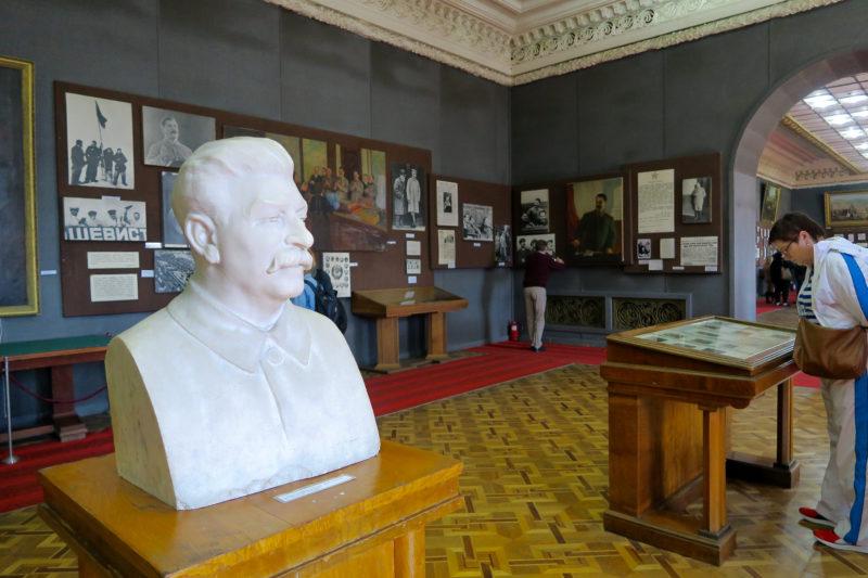 Heldenverehrung: Stalin-Statue in einem der zahlreichen Ausstellungsräume. Fotos: Bernhard Odehnal