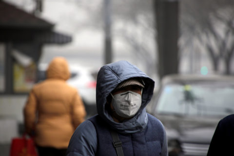 Besser nicht zu tief einatmen: Eine Frau mit Maske im winterlichen Peking. Foto: Jason Lee (Reuters)