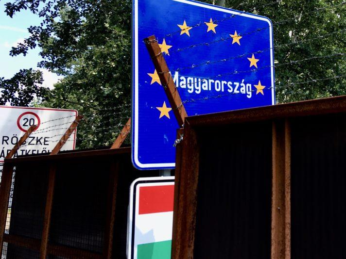 Nicht willkommen in Ungarn: Stacheldraht und Zaun sollen das christliche Abendland schützen. Fotos: Bernhard Odehnal