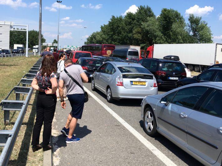 Vier Stunden Wartezeit für Personenwagen ist hier ganz normal, Lastwagen warten zwölf Stunden und länger.