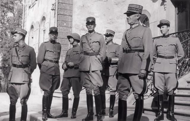 General Guisan (2.v.r.) und Offiziere auf Schloss Jegenstorf. (Foto: Stiftung Schloss Jegenstorf)