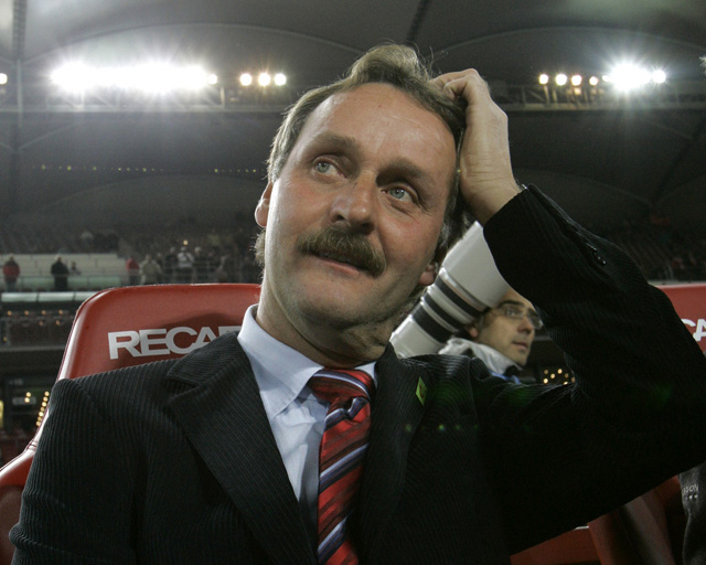 Peter Neururer als Trainer von Hanover 96, November 2005. (AP/Thomas Kienzle)