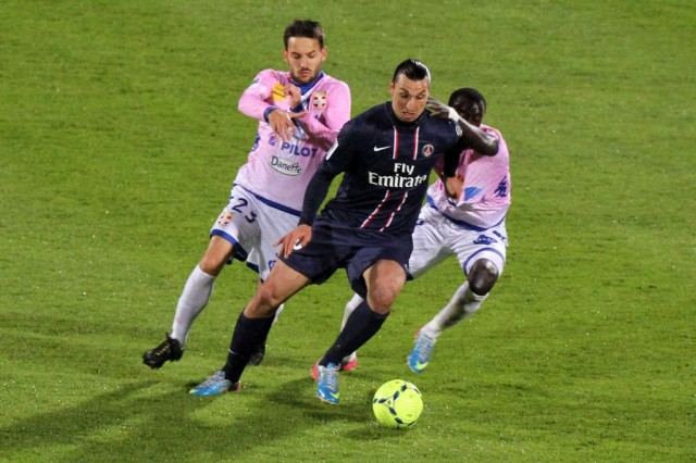Milos Ninkovic and Cedric Moncongu (L) of Evian vies for the ball with Zlatan Ibrahimovic (R) of Paris Saint Germain during the French League 1 soccer match between Evian Thonon Gaillard and PSG at Parc des Sports in Annecy, France, 28 April 2013.  EPA/EDDY LEMAISTRE