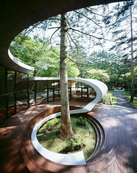 Die Konstruktion Ist Eine Art Schleife, Die Sich Dreht Und Wickelt. Das Haus  öffnet Sich Mit Holzterrassen Direkt In Den Wald.