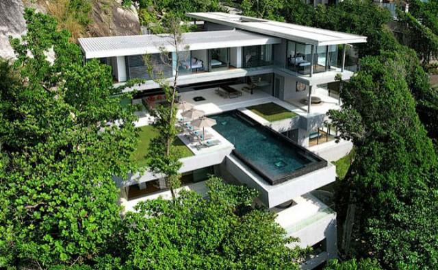 In Einen Hang Gebaut Thront Die Schicke Mehrstockige Futuristische Villa Amanzi Uber Einer Turkisblauen Bucht Dsnvalns Moderne Architektur
