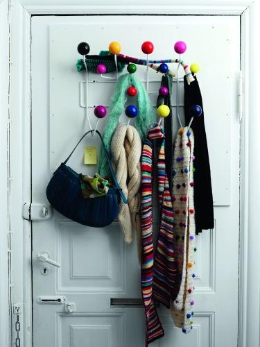Die «Hang It All» Garderobe Von Eames Passt Perfekt Hinter Eine Türe. Sie  Wurde Eigentlich Kreiert, Um Mützen, Schals Und Jacken Von Kindern Einen  Platz Zu ...