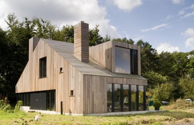 Holz In Seiner Modernen Form Streng Klar Und Trotzdem Mit Allem Versehen Was Dazu Gehort Kamin Dach Luke Fenster Fensterchen