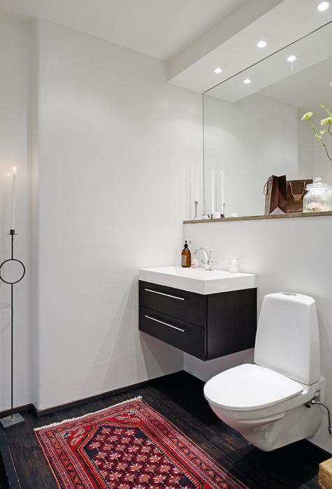 Auch Im Bad Oder In Der Toilette Kann Ein Wenig Wohnlichkeit Nicht Schaden.  Hier Wurde Sie Mit Einem Kleinen Perserteppich Erzeugt.