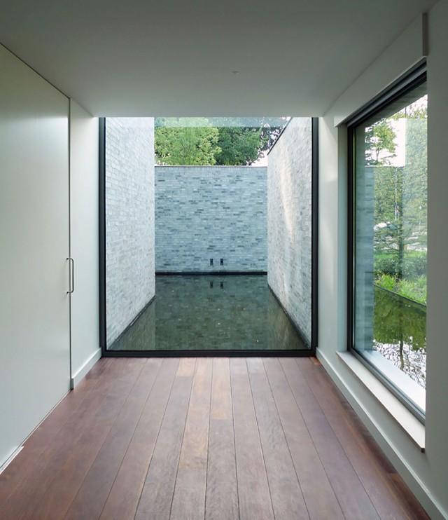 Kleines modernes wasserschloss sweet home for Modernes haus villa