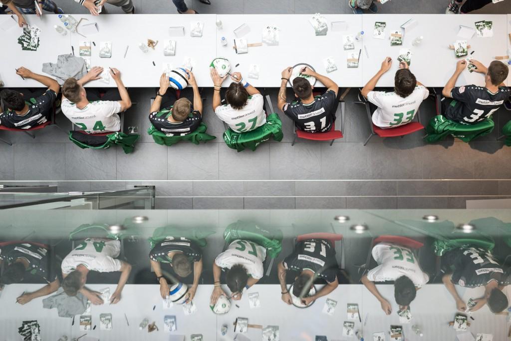 Die Spieler des FC St. Gallen verteilen Unterschriften, waehrend der Autogrammstunde des FC St. Gallen, aufgenommen am Mittwoch, 8. Juli 2015, in St. Gallen. (KEYSTONE/Gian Ehrenzeller)