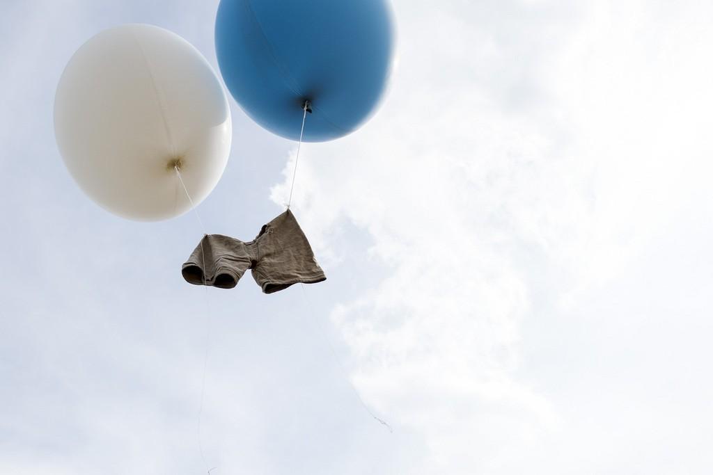 Die Hose von Adrian Laimbacher verabschiedet sich am Schwing- und Aelplerfest, am Sonntag, 12. Juli 2014, auf Rigi Staffel. (KEYSTONE/Ennio Leanza)