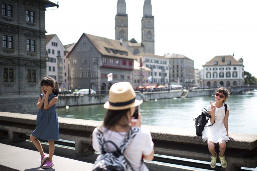 Reportage: Mit einer chinesischen Luxus-Reisegruppe durch Zürich. Fotostop auf der Gemüsebrücke.  11.07.2015 (Tages-Anzeiger/Urs Jaudas)