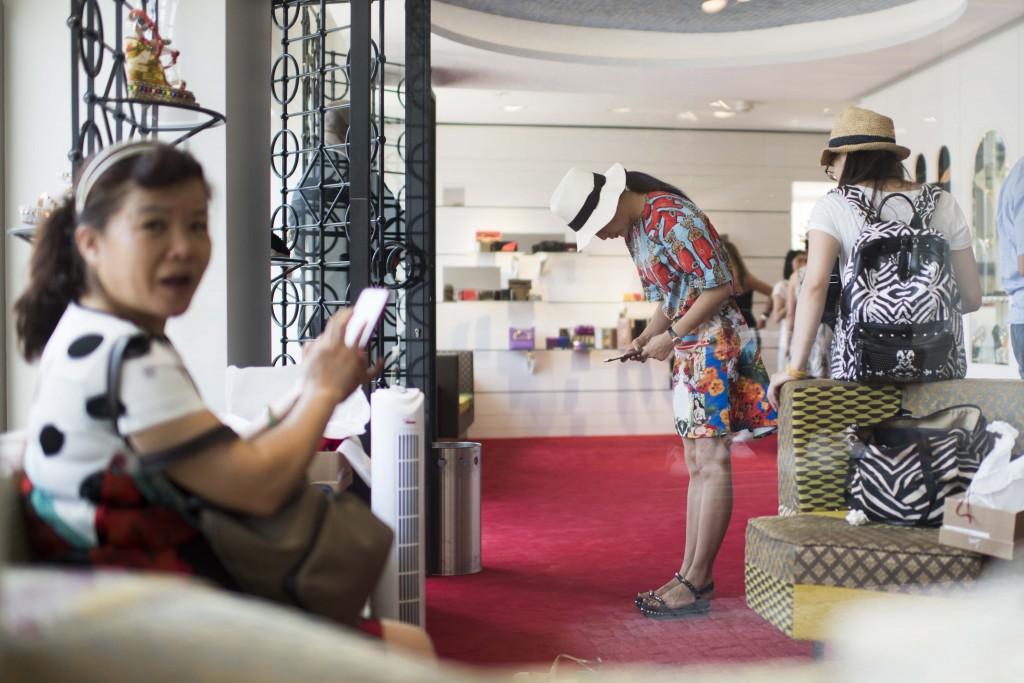Reportage: Mit einer chinesischen Luxus-Reisegruppe durch Zürich. Shopping.  11.07.2015 (Tages-Anzeiger/Urs Jaudas)