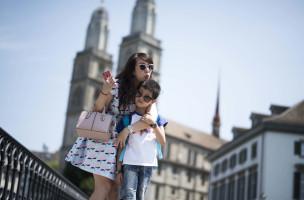 Reportage: Mit einer chinesischen Luxus-Reisegruppe durch Zürich. Fotostop auf der Rathausbrücke mit Grossmünster im Hintergrund.  11.07.2015 (Tages-Anzeiger/Urs Jaudas)
