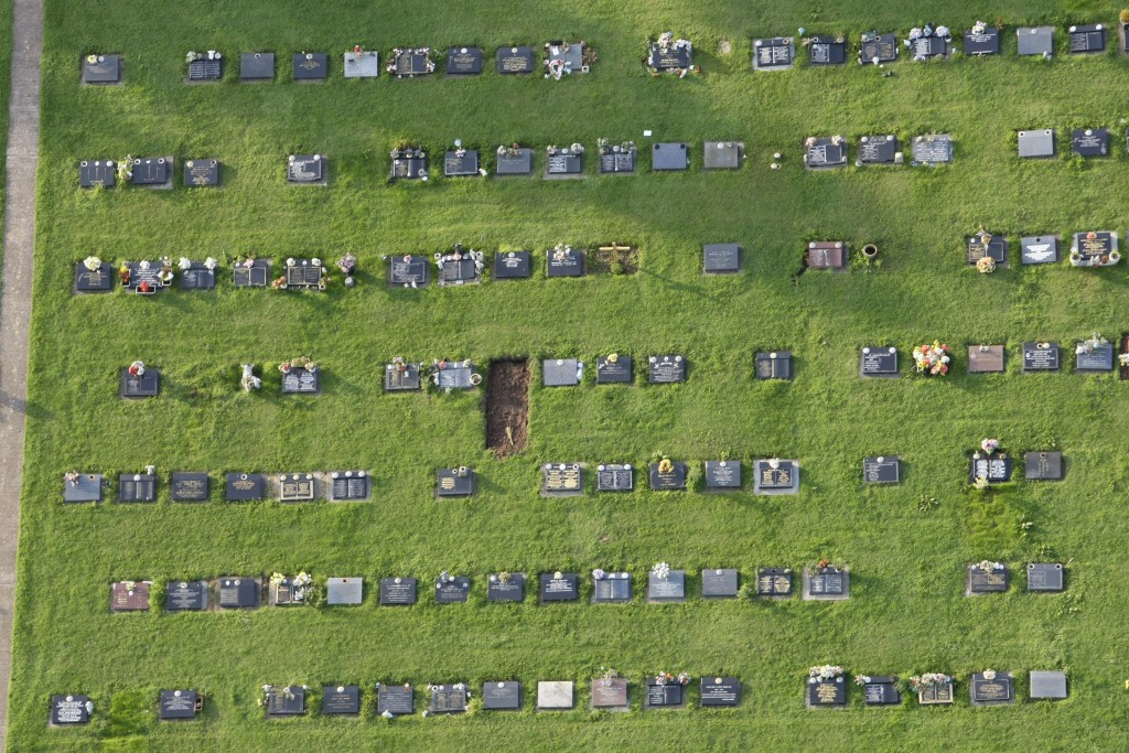 A cemetery is seen during a hot air balloon flight near Bristol in western England August 7, 2009.   REUTERS/Stefan Wermuth   (BRITAIN SOCIETY) BEST QUALITY AVAILABLE - RTXQFKK