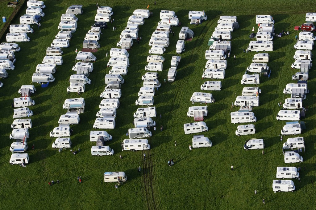 Caravans are seen parked during the International Balloon Fiesta near Bristol in western England August 7, 2009.   REUTERS/Stefan Wermuth (BRITAIN ENTERTAINMENT SOCIETY) - RTR26HLP