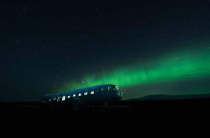 UNDATIERTES HANDOUT - Irgendwo in einer verlassenen Gegend an der islaendischen Suedkueste liegt dieses laengst vergessene Flugzeugwrack einer Douglas DC-3. Ich kam um 4 Uhr morgens dort an und waehrend wir warteten, erschienen immer mehr Polarlichter am Horizont. Ich schaute dieser Zaubershow bis zum Morgengrauen fasziniert zu und nahm dieses Bild mit einer Belichtungszeit von 90 Sekunden und etwas Lichtmalerei im Innenraum des Flugzeugs auf. (PHOTOPRESS/Nikon)