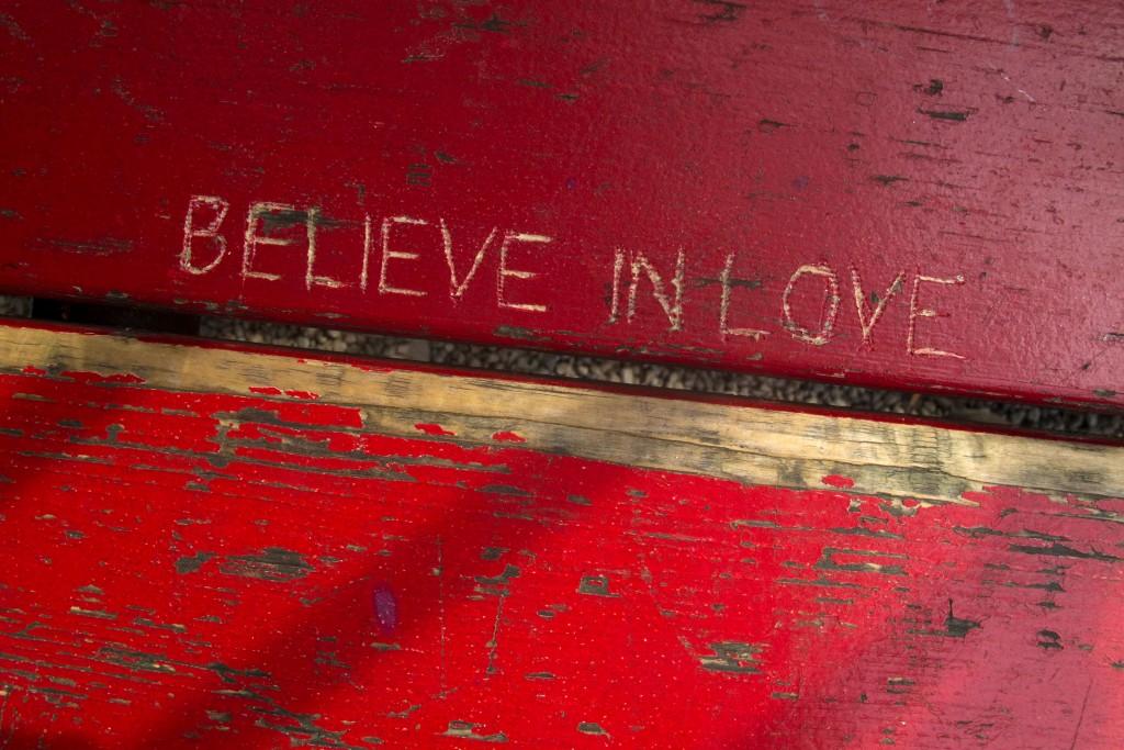 """Das Streetparade Motto von 2000 """"Believe in Love"""" ist in das Holz einer Parkbank geritzt, aufgenommen am 25. Juli 2012 in Zürich für die Bellevue Sommerserie. (Reto Oeschger, Tagesanzeiger)"""