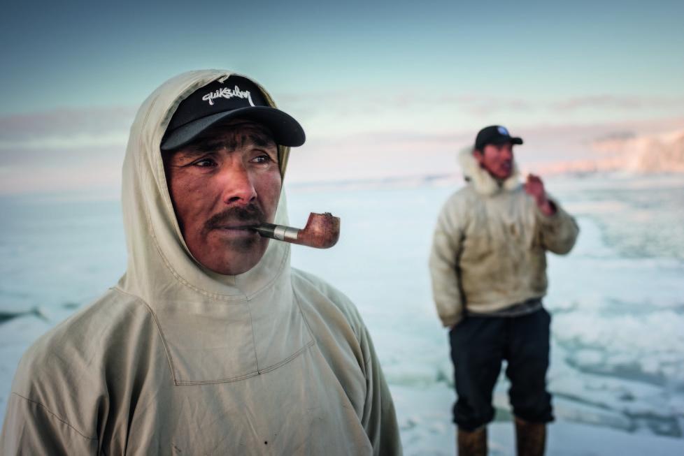 ** Vanishing Thule ** Ausstellung NONAM Zürich 1.10.2015 - 28.02.2015 Gedion Kristiansen und Niels Minunge warten an der Eiskante auf Narwale. Die lange Wartezeit vertreibt man sich mit Pfeifenrauchen.
