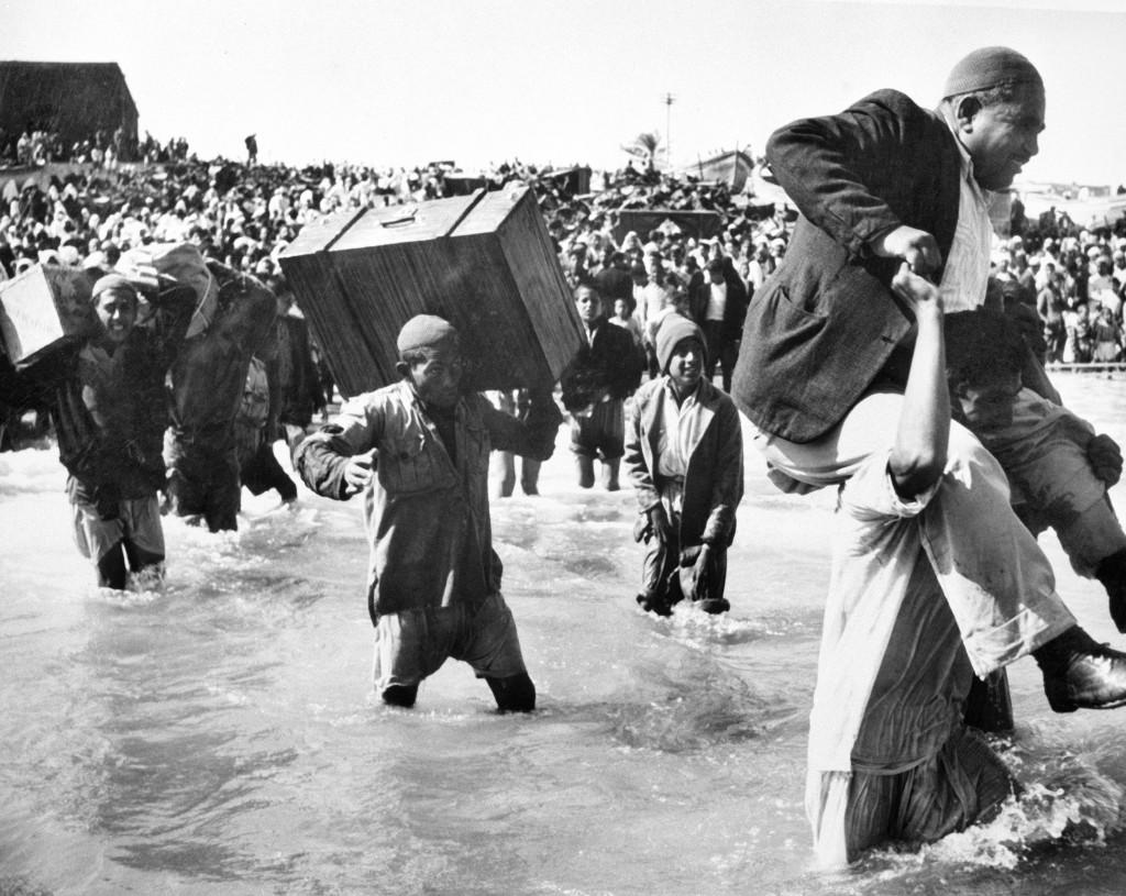 UNRWA Archive - Ausstellung Photobastei - BILDSEITE Die ursprünglich nach Beach Camp in Gaza geflüchteten Palästina-Vertriebenen besteigen Boote in der Hoffnung auf ein besseres Leben im Libanon oder in Ägypten. © 1949 Fotografie aus dem UNRWA-Archiv von Hrant Nakashian