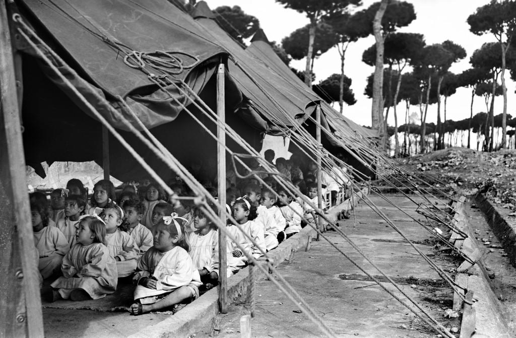 UNRWA Archive - Ausstellung Photobastei - BILDSEITE Eine der ersten Kindergartenklassen im Flüchtlingslager Dikwaneh, Libanon. Nicht datiert © UNRWA-Archiv, Fotograf unbekannt