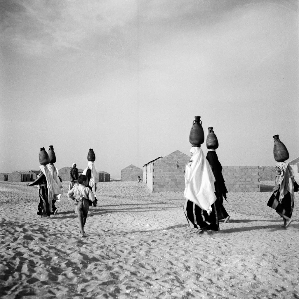 UNRWA Archive - Ausstellung Photobastei - BILDSEITE In den 1950er-Jahren gab es im Beach Camp in Gaza kein fliessendes Wasser. © 1953 UNRWA-Archiv, Fotograf unbekannt