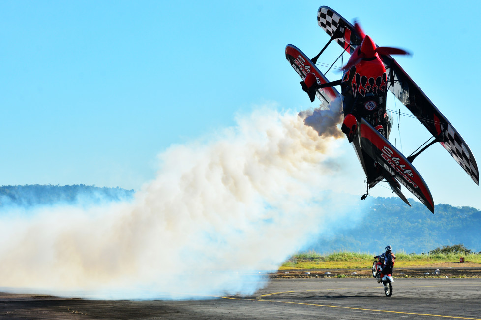 Pilot Skip Stewart of US performs a stunt during the Ilopango Air Show on air base in San Salvador on January 31, 2015. AFP PHOTO/ MARVIN RECINOS / AFP / Marvin RECINOS