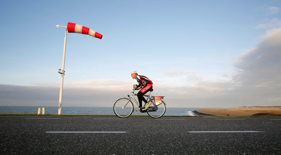 epa05056737 A participant in action during the third edition of the Dutch National Championship 'Cycling against the Wind' at the Oosterscheldekering (Eastern Scheldt storm surge barrier) near Neeltje Jans, Netherlands, 06 December 2015. EPA/BAS CZERWINSKI