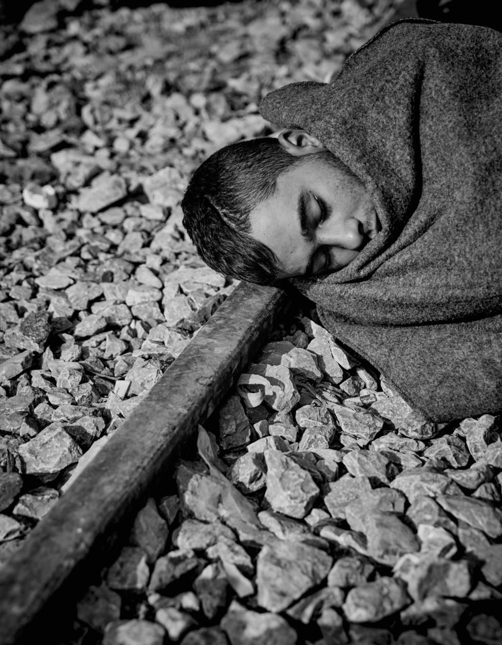 Flüchtlinge die im Camp in Idomeni festsitzen , wenn sie nicht aus Syrien, Afgahnistan oder dem Irak stammen . Ein junger Mann schläft au der Eisenbahnschiene an der griechisch - mazedonischen Grenze. zu dem Zeitpunkt war die gesamte Balkanroute geschlossen .