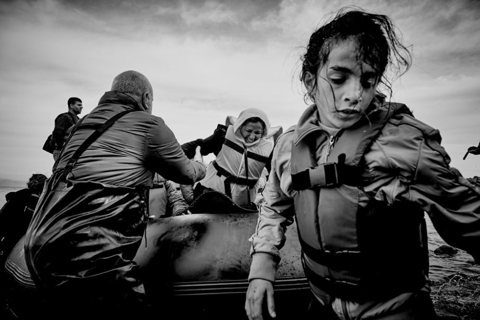 Gerade ist ein Boot von der Türkischen Küste komment an der Nordküste von Lesbos mit Flüchtlingen gelandet. Freiwillige helfen den Ankommenden aus dem Boot.