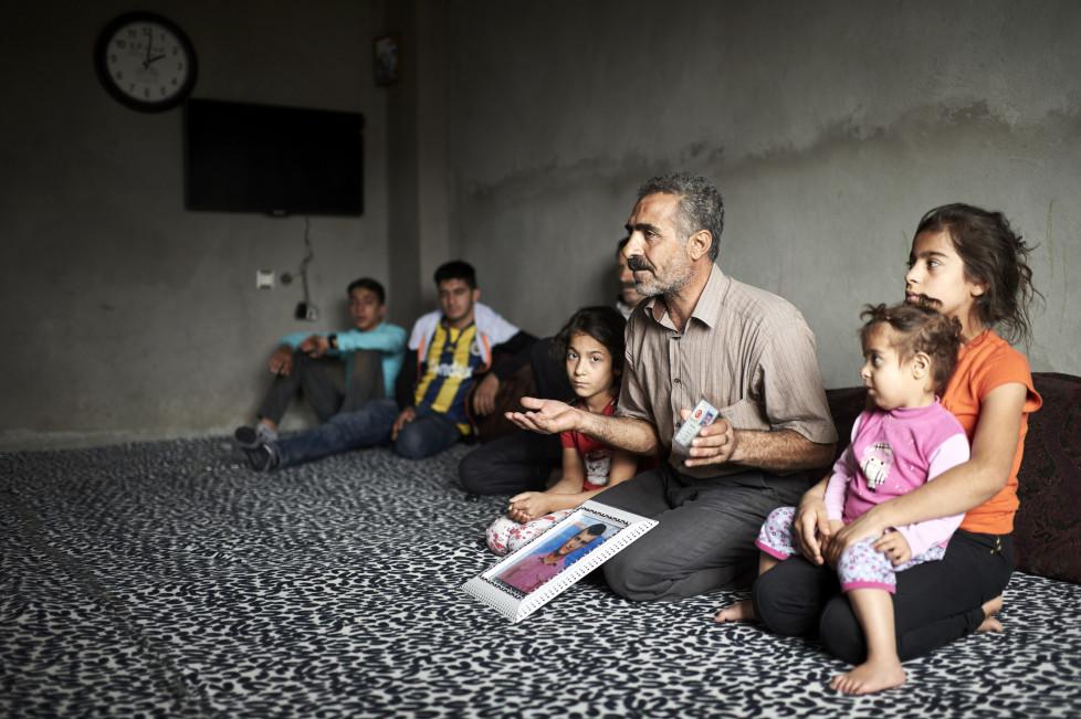 Ramazan Nayci, Vater des waehrend der Ausgangssperre (Sep. 2015, Cizre) getoeteten Mehmet Sait, 16) mit seinen Kinder und Angehoerigen. © Manu Friederich