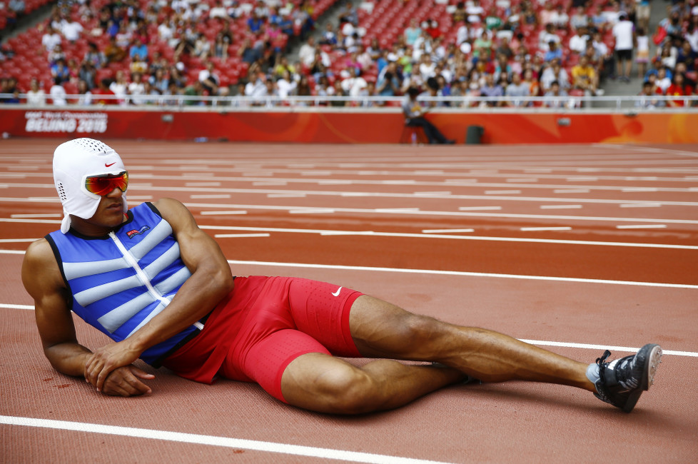 Ashton Eaton of the U.S. rests with a cooling face mask as he competes in the pole vault event of the men's decathlon during the 15th IAAF World Championships at the National Stadium in Beijing, China, August 29, 2015. REUTERS/Kai Pfaffenbach - RTX1Q4V0