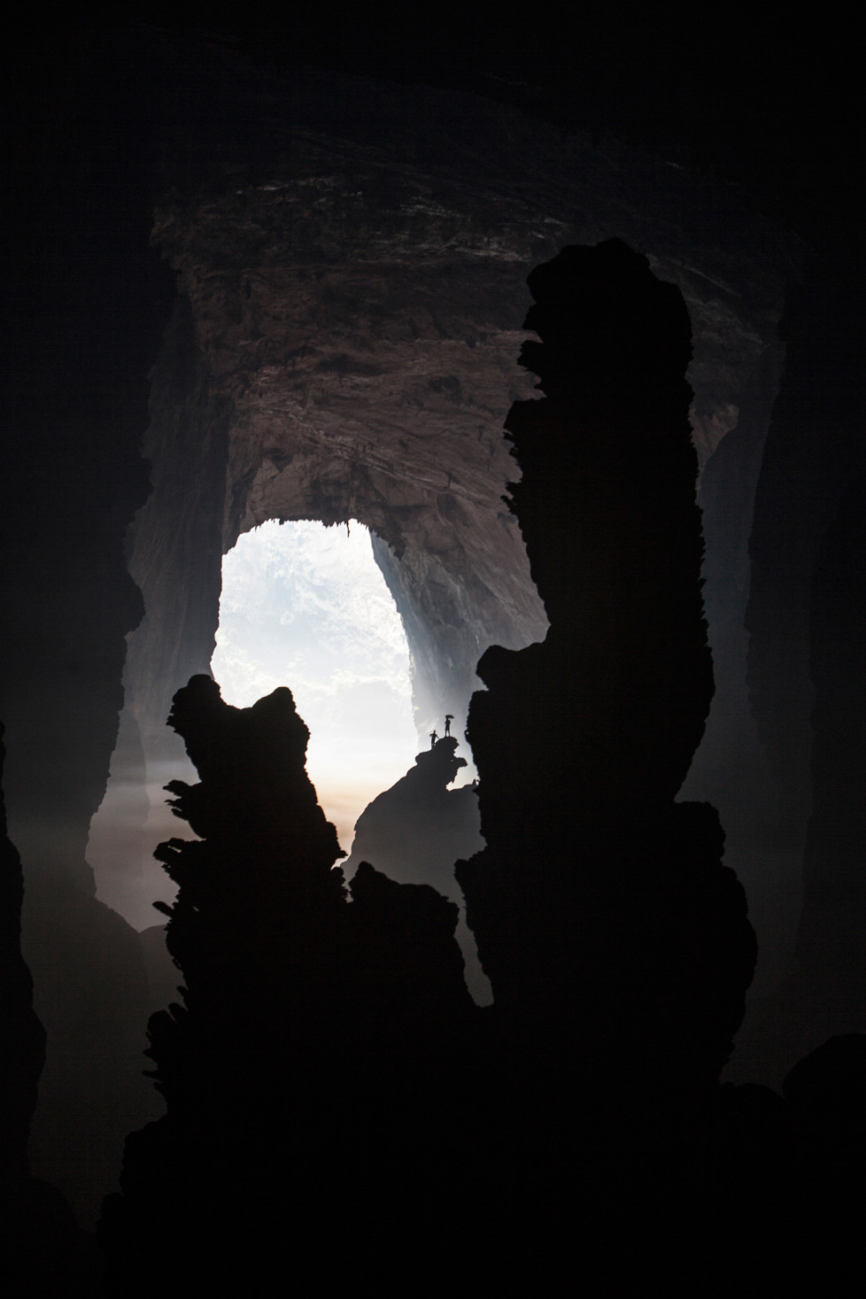 "Biggest Stalagmite in the world (80m) inside Son Doong Cave, in the background ""Hand of Dog"". Foto: Tanja Demarmels"