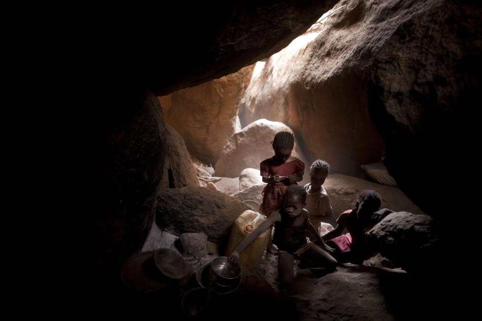 ** Fotoforum Photo 16 - Dominic Nahr ** Sudan, Tess, 2012. Nuban children can be seen inside a cave where they has been hiding with little food for months from bombings by the Sudanese Armed Forces (SAF) and fighting between SAF and the SPLA-North. Dominic Nahr ist seit 2008 in Afrika unterwegs, wo er den arabischen Frühling, die terroristischen Attacken in Kenia oder den Krieg im Kongo fotografisch festgehalten hat. Nahr wurde 2012 und 2013 mit dem World Press Photo Award ausgezeichnet und im letzten Jahr zum Schweizer Fotografen des Jahres gewählt. Gegenwärtig arbeitet er an dem Projekt «Fallout» – einer Arbeit über die Langzeitfolgen des Tsunami und der nuklearen Katastrophe in Fukushima.