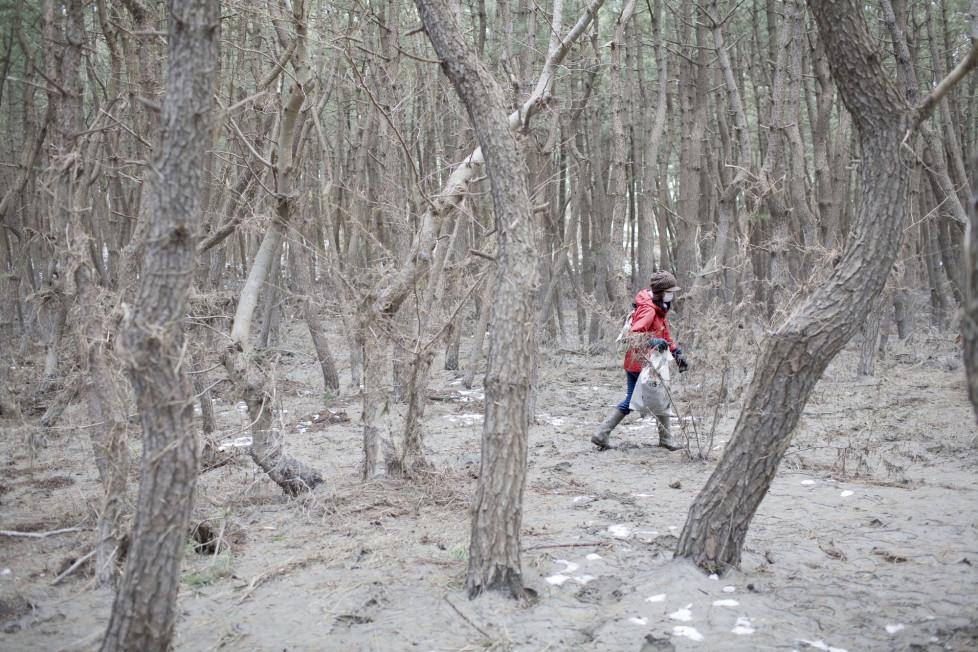 ** Fotoforum Photo 16 - Dominic Nahr ** Japan, Misawa, 2011. Locals and fishermen clean up the area in and around the Misawa port. Dominic Nahr ist seit 2008 in Afrika unterwegs, wo er den arabischen Frühling, die terroristischen Attacken in Kenia oder den Krieg im Kongo fotografisch festgehalten hat. Nahr wurde 2012 und 2013 mit dem World Press Photo Award ausgezeichnet und im letzten Jahr zum Schweizer Fotografen des Jahres gewählt. Gegenwärtig arbeitet er an dem Projekt «Fallout» – einer Arbeit über die Langzeitfolgen des Tsunami und der nuklearen Katastrophe in Fukushima.