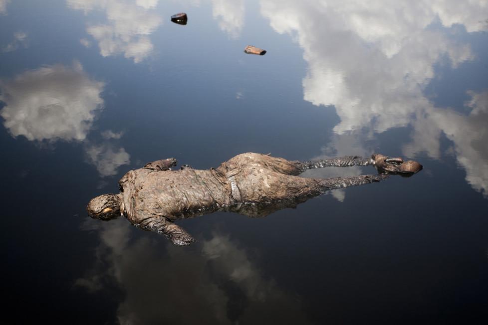 ** Fotoforum Photo 16 - Dominic Nahr ** Dominic Nahr ist seit 2008 in Afrika unterwegs, wo er den arabischen Frühling, die terroristischen Attacken in Kenia oder den Krieg im Kongo fotografisch festgehalten hat. Nahr wurde 2012 und 2013 mit dem World Press Photo Award ausgezeichnet und im letzten Jahr zum Schweizer Fotografen des Jahres gewählt. Gegenwärtig arbeitet er an dem Projekt «Fallout» – einer Arbeit über die Langzeitfolgen des Tsunami und der nuklearen Katastrophe in Fukushima.