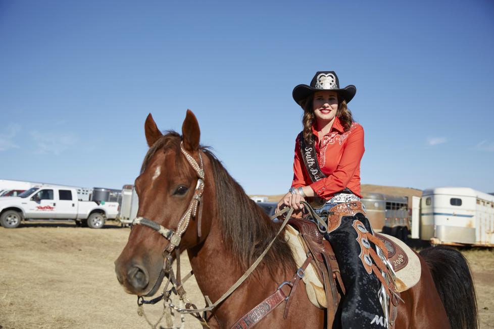 South Dakota USA, Miss South Dakota Kendra Peterson an den Vorbereitungen zum Buffalo Roundup 2015 im Custer State Park. Foto: Moritz Hager