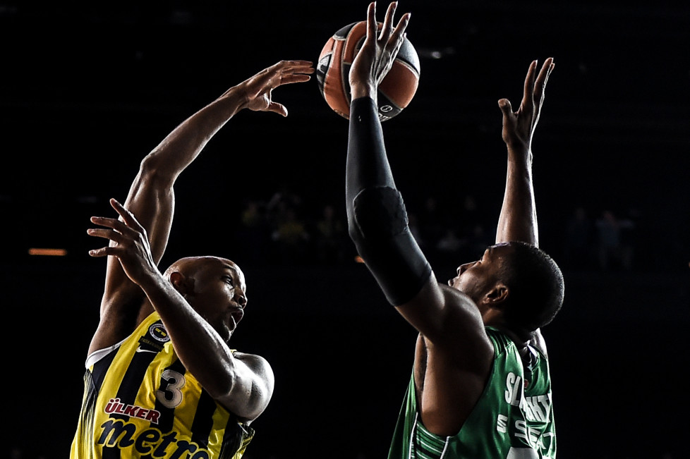 Fenerbahce's pivot Ricky Hickman (L) vies with Darussafaka's forward Luke Harangody during the Euroleague basketball match between Darussafaka Dogus Istanbul and Fenerbahce Ulker at Volkswagen arena in Istanbul on January 22, 2016. / AFP / OZAN KOSE