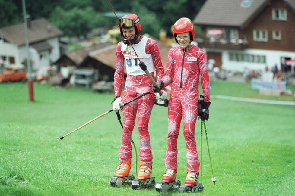 Im appenzell-ausserrhodischen Urnaesch am Fusse des Kronbergs kann beim Boemmelihang auch im Sommer Ski gefahren werden, allerdings auf Gras, wie die zwei Nachwuchsrennfahrer hier am Skilift demonstrieren. Am Wochenende 24./25. Juli 1999 fanden hier die Schweizer Meisterschaften im Grasskifahren statt, wobei einige Rennen als FIS-Rennen mit internationaler Beteiligung ausgetragen wurden. (KEYSTONE/Rudolf Steiner)
